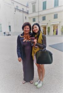 """Patrizia Pacini e una delle giovani artiste delle opere esposte al Chiostro di Sant'Agostino nella mostra """"Nel Segno di Michelangelo"""""""
