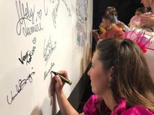 Momento delle firme sull'opera