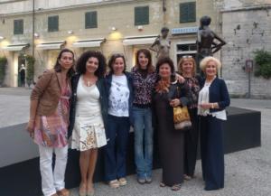 Un gruppo di artiste con Patrizia Pacini e Marilena Cheli Tomei in Piazza Duomo a Pietrasanta